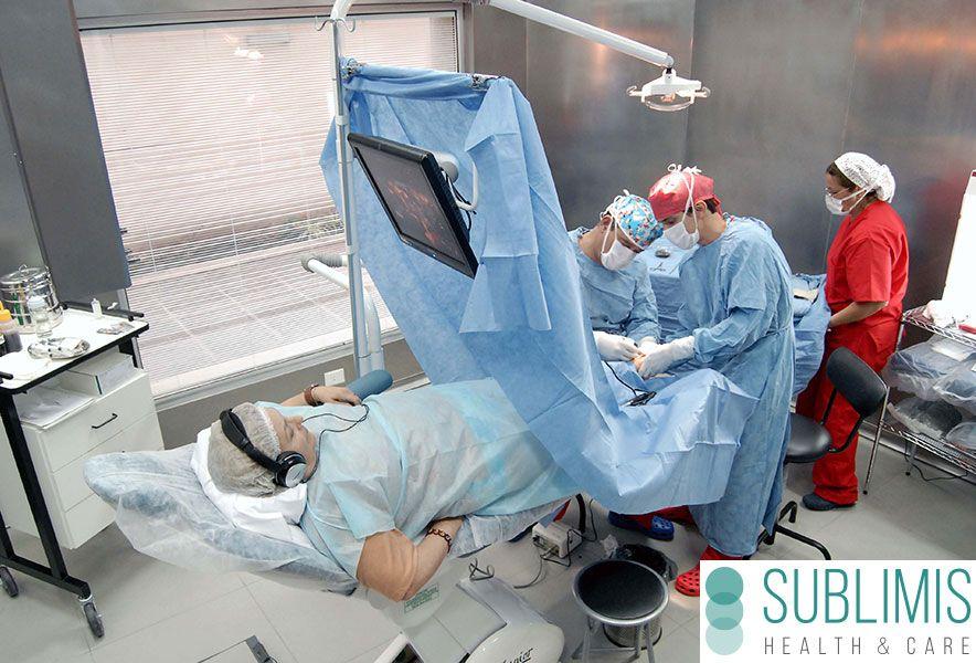 Doctores realizando una cirugia de hallux valgus