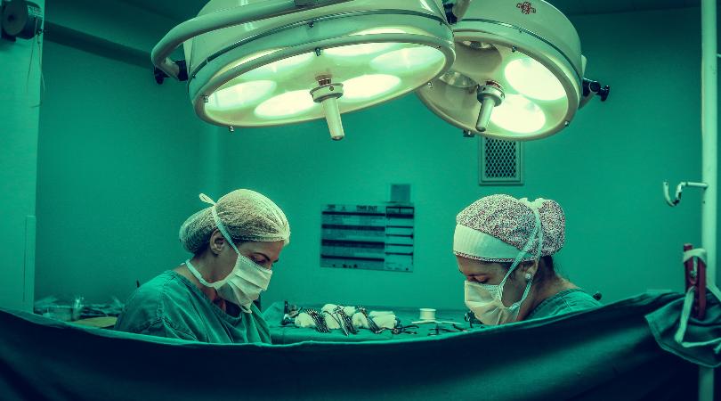 Cirujanos realizando una operación de levantamiento de mamas